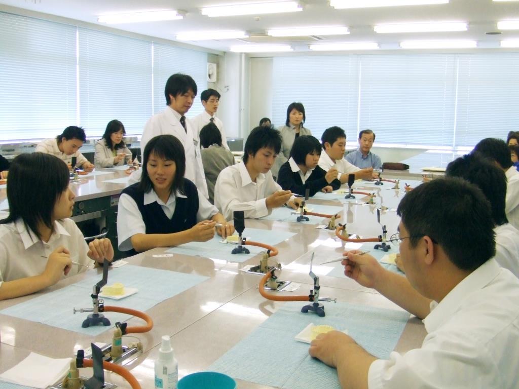 学園生活、教育内容、入学試験、国家資格の取得、就職等についての説明のほか、授業形式での歯科技工体験、学校見学も行います。