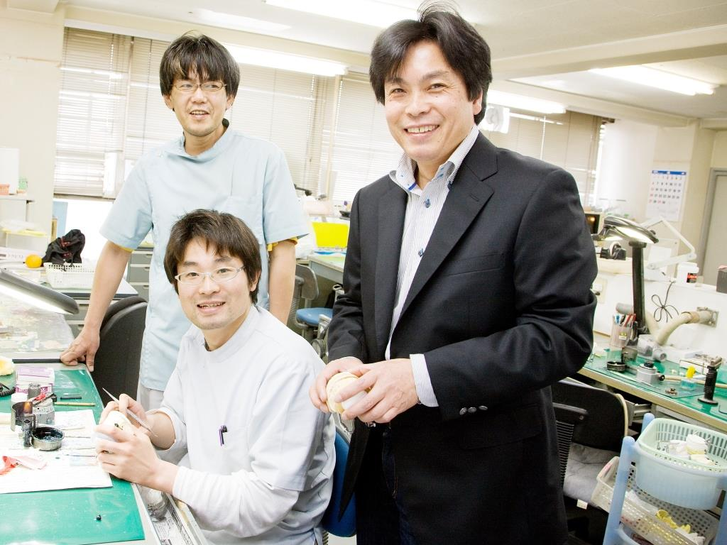 歯科技工所開業(法人企業) 100名規模の歯科技工所や歯科医院など 5つの企業を経営する熊谷さん。 「歯科業界を全体に見据えて事業展開しています」